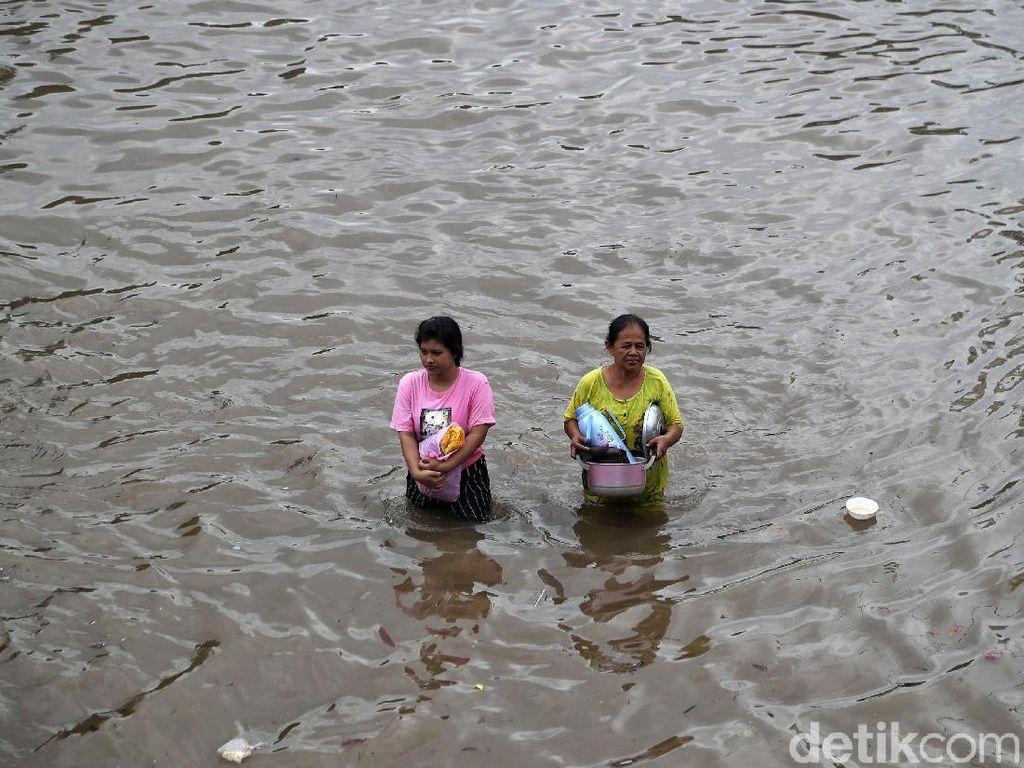 Jalan Jatinegara Barat Jaktim Masih Banjir, Lalu Lintas Dialihkan