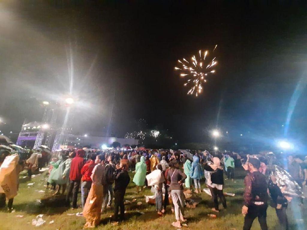 Tahun Baru Diguyur Hujan, Warga Tetap Antusias Nonton Pesta Kembang Api