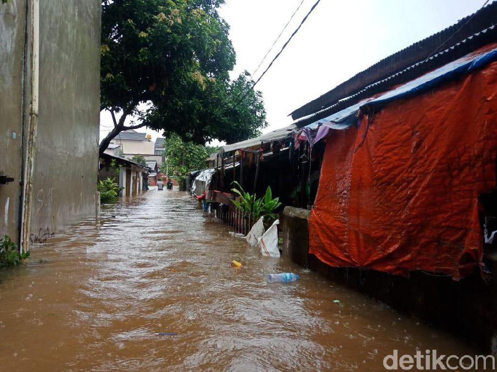 Banjir Selutut Orang Dewasa di Warung Buncit, Warga Angkut Barang-barang