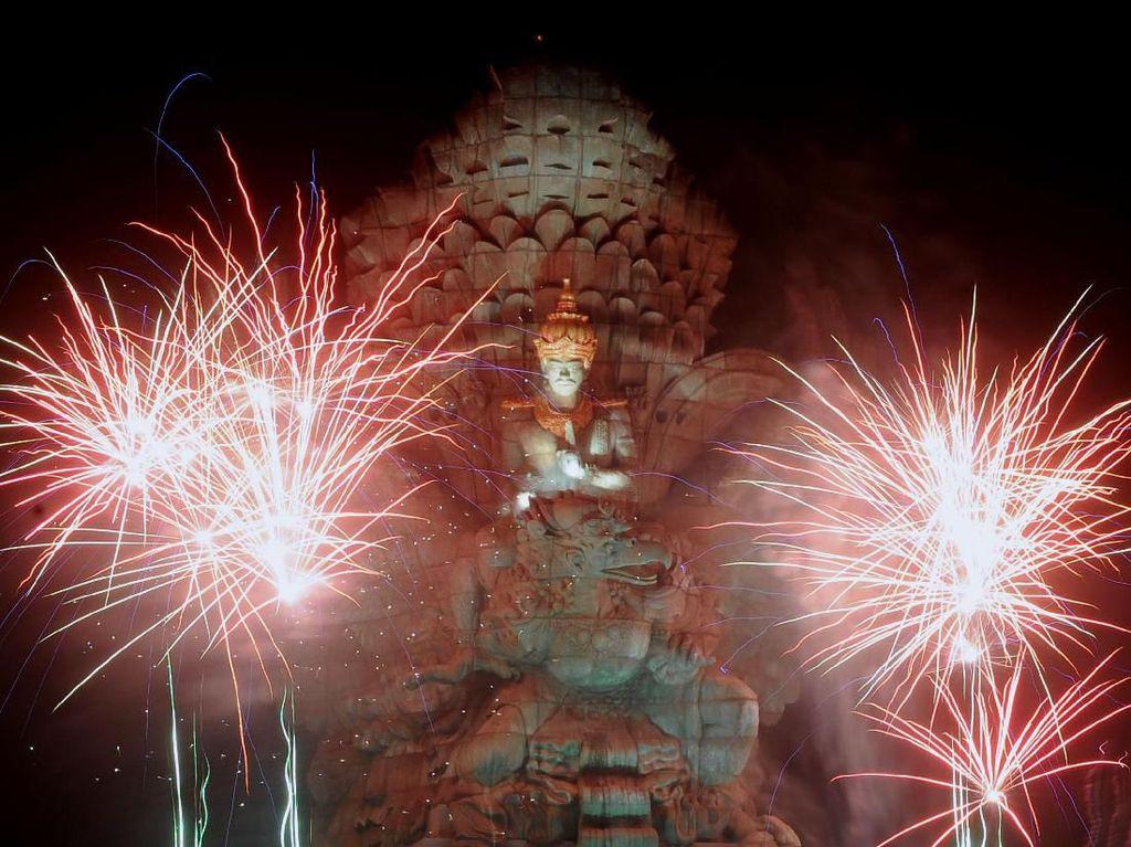 Pesta Kembang Api Malam Tahun Baru di GWK