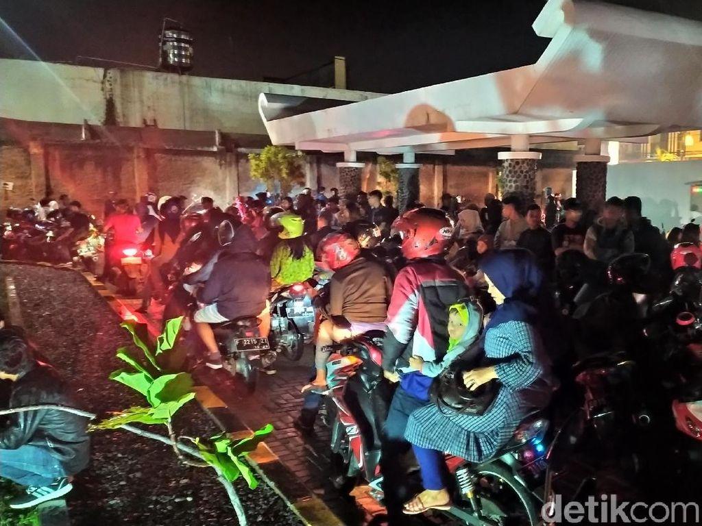 Hujan Deras di Alun-alun Cianjur, Warga Berhamburan Saat Pesta Tahun Baru