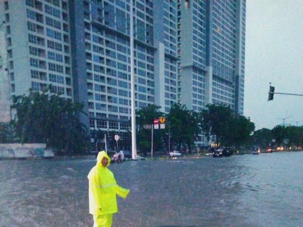 Kelapa Gading Jakarta Utara Banjir, Sedan Diimbau Tak Melintas