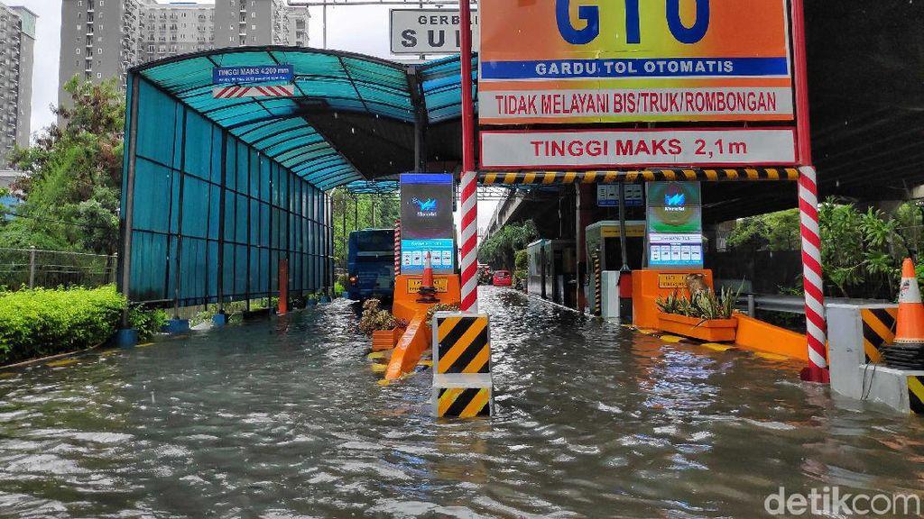Banjir Rendam Gerbang Tol Sunter