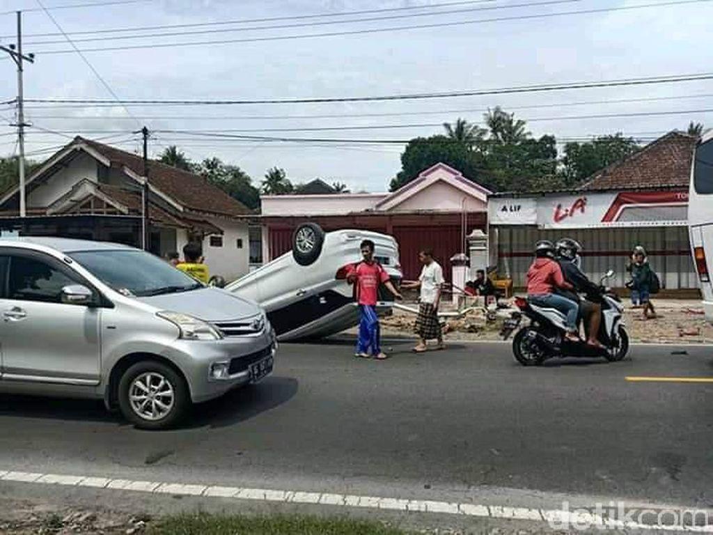 MPV Hantam Motor dan Terbalik di Jalur Blitar-Malang, Satu Orang Tewas