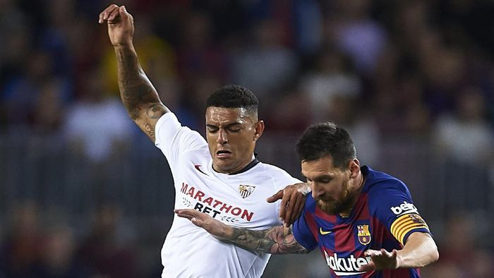 BARCELONA, SPAIN - OCTOBER 06: Diego Carlos of Sevilla FC (L) competes for the ball with Lionel Messi of FC Barcelona (R) during the Liga match between FC Barcelona and Sevilla FC at Camp Nou on October 06, 2019 in Barcelona, Spain. (Photo by Aitor Alcalde/Getty Images)