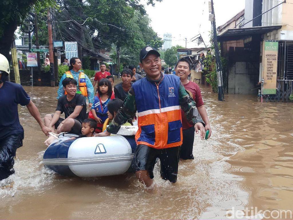 Pakai Perahu Karet, Damkar Evakuasi Warga Terjebak Banjir Kemang Utara