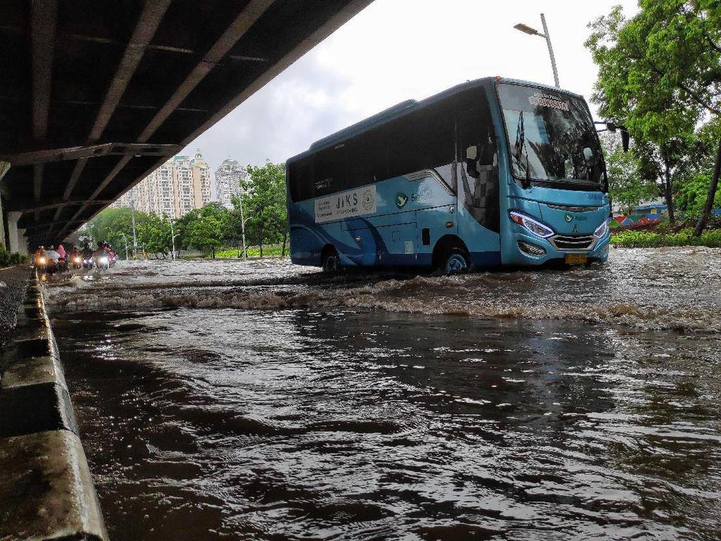 Guys, Kamu Bisa Pantau Titik Banjir Jakarta Lewat 6 Akun Twitter Ini