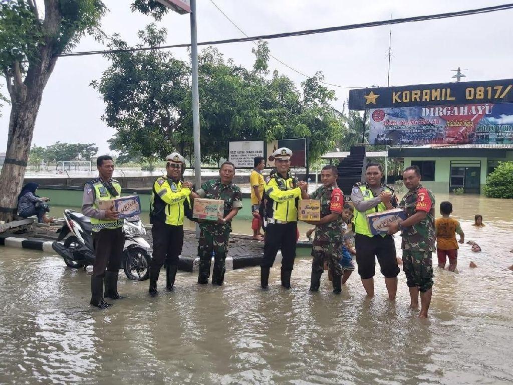 Kompaknya TNI-Polri Bantu Warga Gresik Terdampak Banjir Luapan Kali Lamong