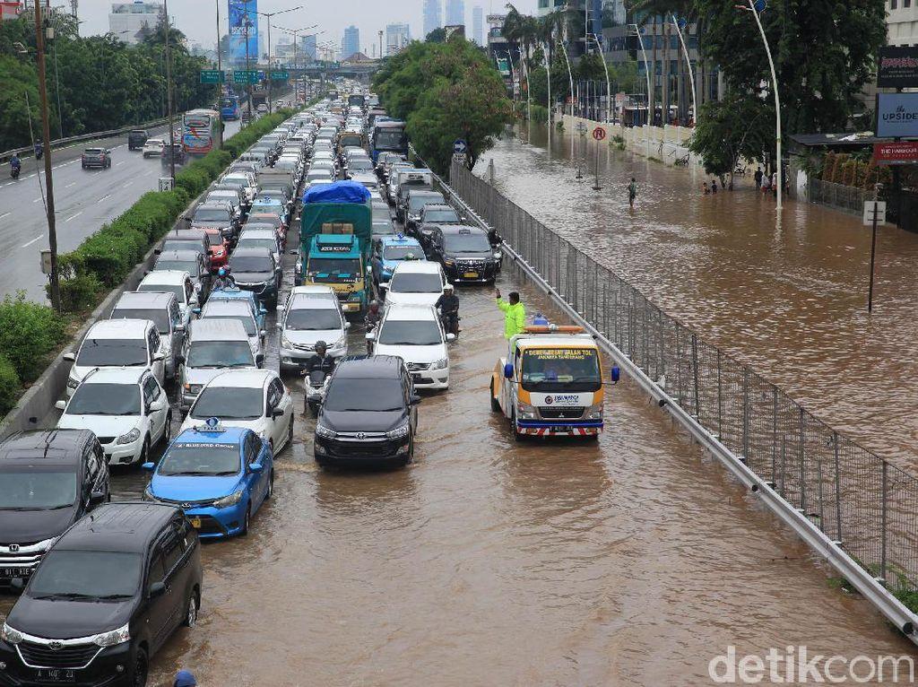 Ada Genangan di KM 24, Tol Cibitung Arah Jakarta Macet