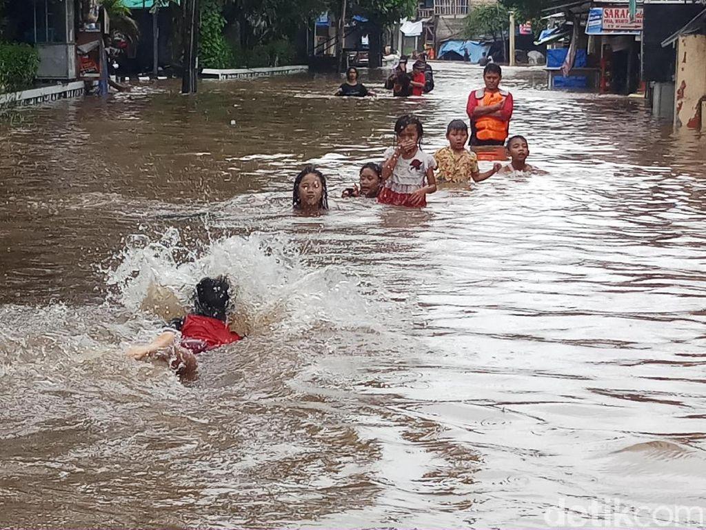 Anak-anak Berenang di Genangan Air Banjir, Waspadai Risikonya