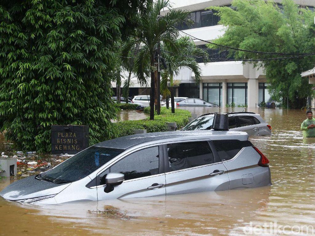 Layanan Derek Gratis untuk Mobil Korban Banjir