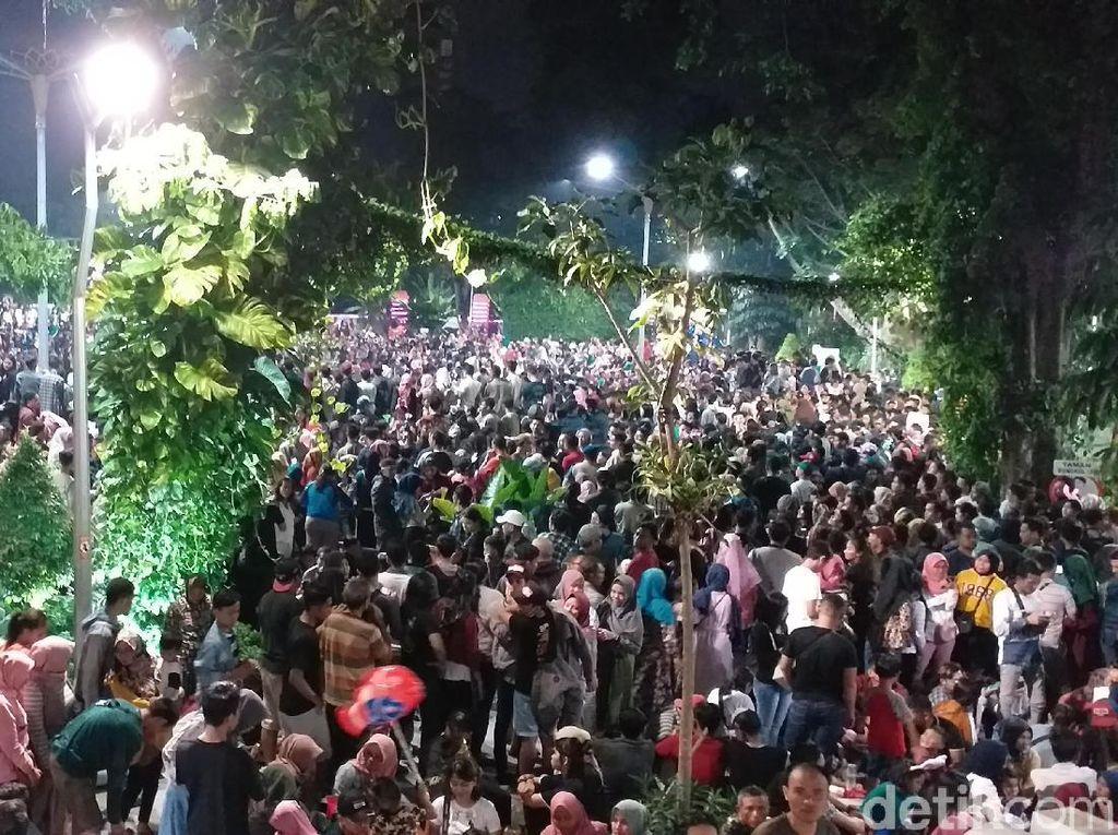 Ribuan Warga Surabaya Rayakan Tahun Baru 2020 di Taman Bungkul