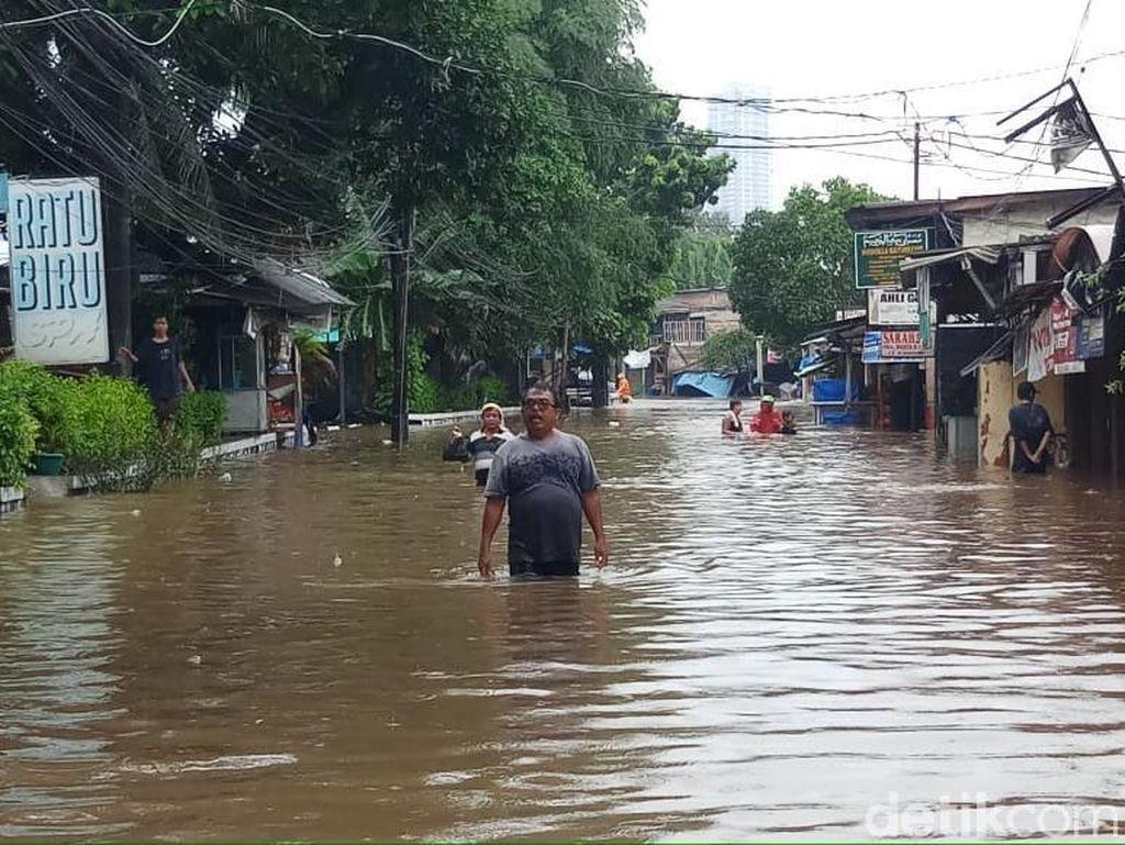Tolong! 30 Warga Kemang Utara Masih Terjebak Banjir