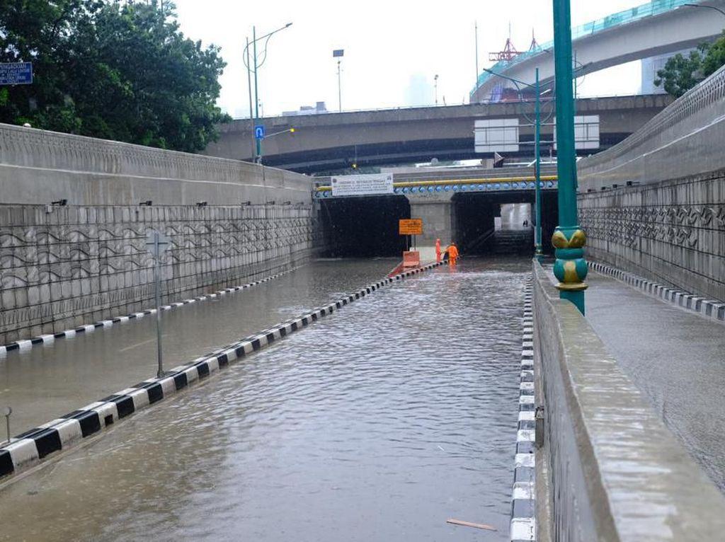 Banjir di Underpass Kuningan-Mampang Surut, Kendaraan Sudah Bisa Melintas