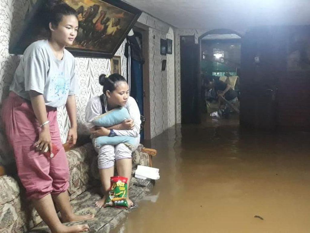 Tinggi Banjir Terus Naik, Warga Cipinang Pulomaja Jaktim Mengungsi