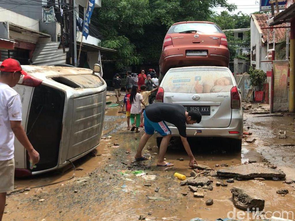 Video Mobil-mobil Bertumpuk dan Berserakan Akibat Banjir di Bekasi