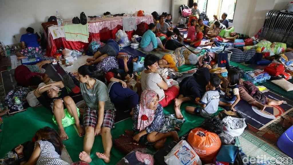 Warga Bidara Cina Mengungsi di Kantor Kelurahan