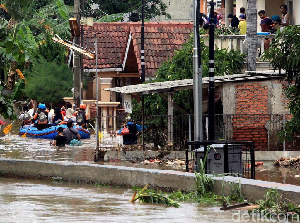 Cerita Korban Banjir di Bekasi Dapat Makanan Hampir Basi