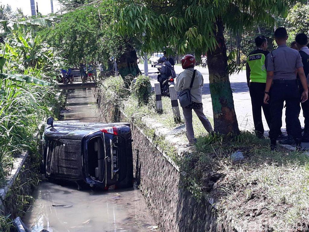 Mobil Pengantar WN Inggris Nyemplung Selokan di Kulon Progo