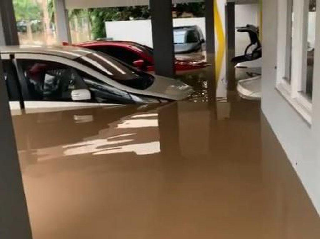 Video: Banjir Rendam Rumah dan Mobil Parto di Bekasi