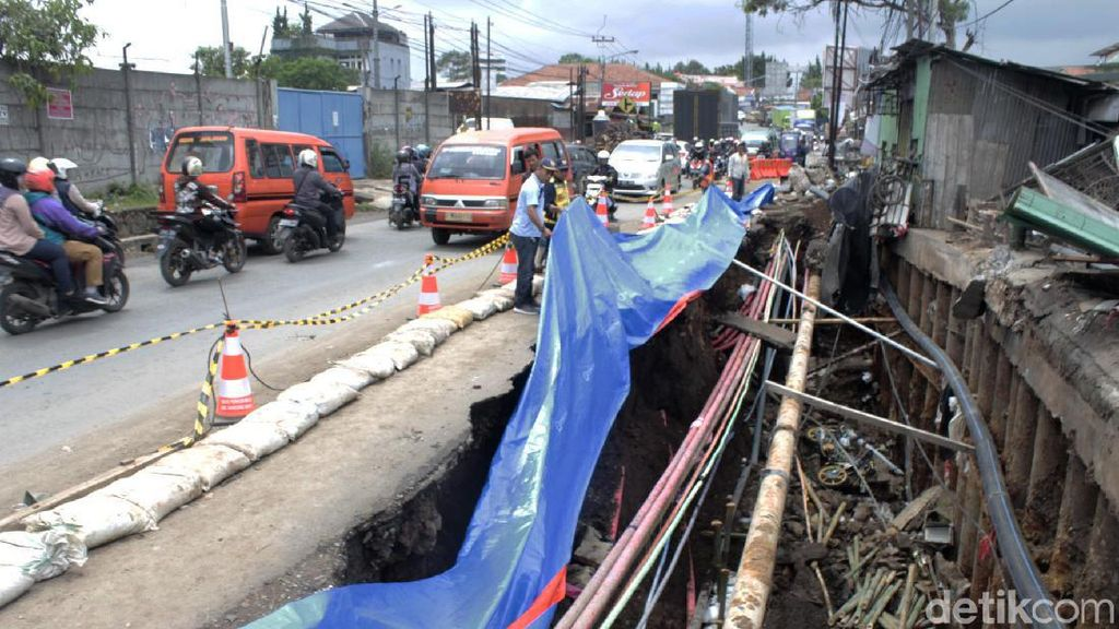 Potret Jalan Nasional yang Amblas Akibat Banjir