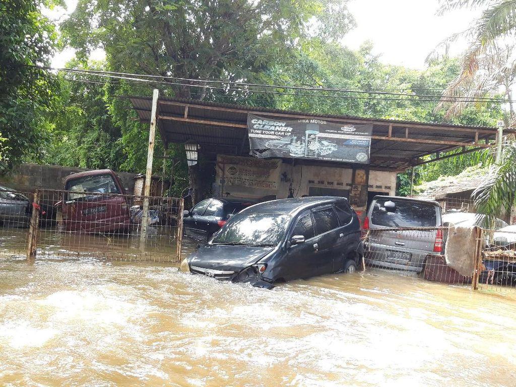 Video Tips Pengendara Mobil Matic/ Manual Menerobos Banjir