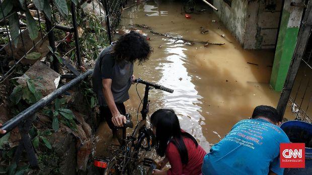 Warga Pengadegan mulai membersihkan barang-barang yang terendam banjir usai air mulai surut.