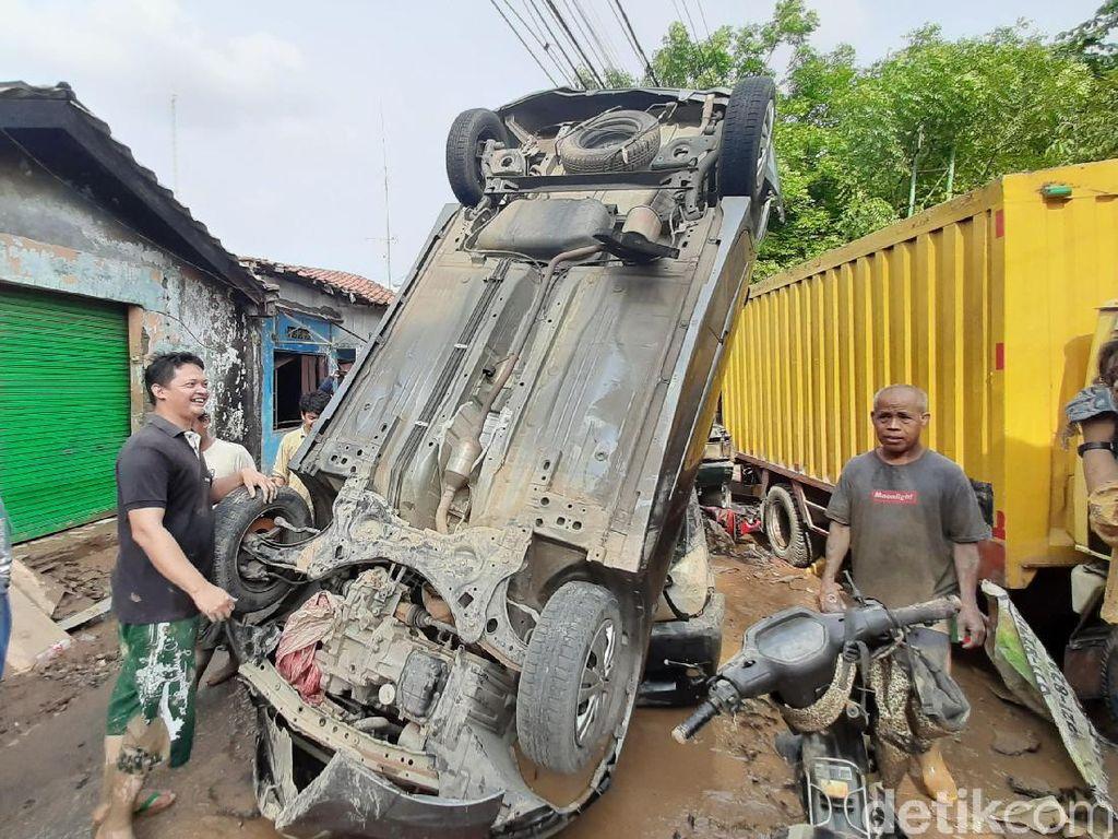 Cerita Rian Pasrah Mobilnya Jumpalitan karena Banjir