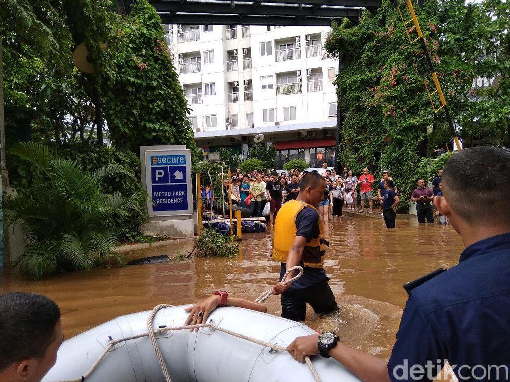 Damkar Evakuasi Anak-Lansia Korban Banjir di Kebon Jeruk Jakbar