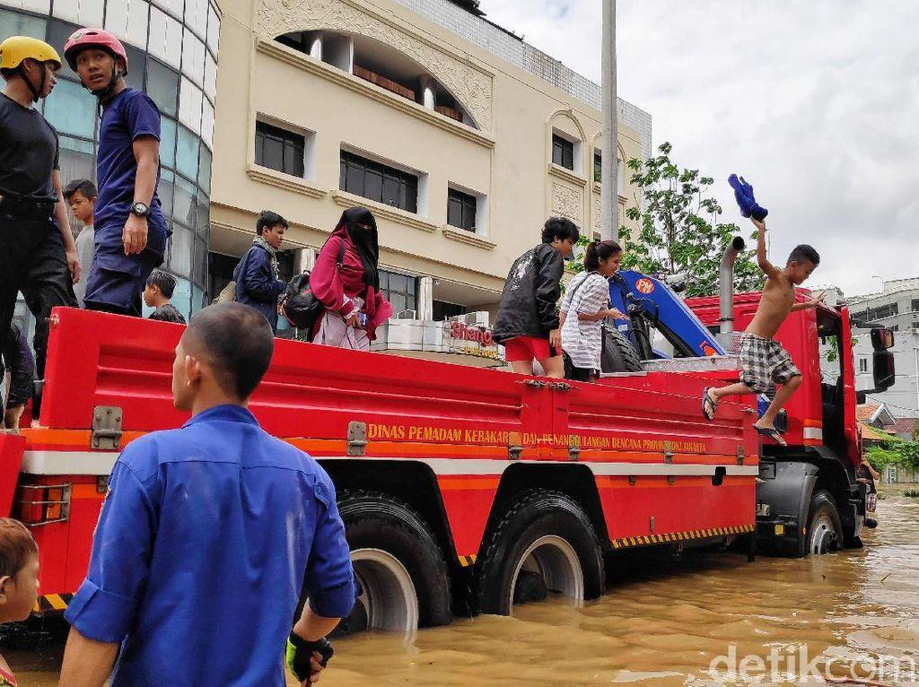 Mobil Damkar Bantu Evakuasi Korban Banjir