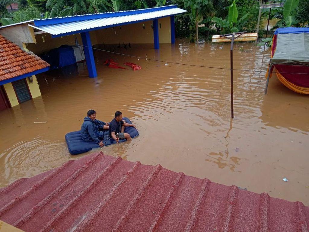 Menyedihkan! 5 Kisah Kelaparan Para Korban yang Terjebak Banjir