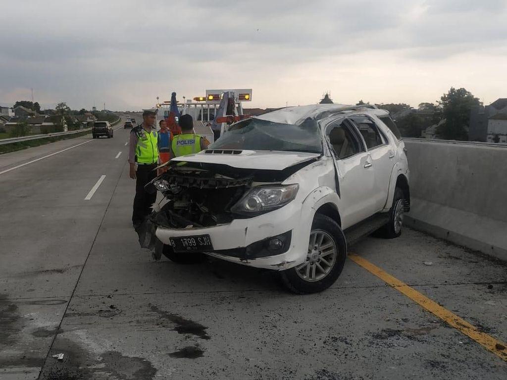 SUV Tabrak Barrier Tol Gempol-Pasuruan hingga Terguling, 5 Orang Luka
