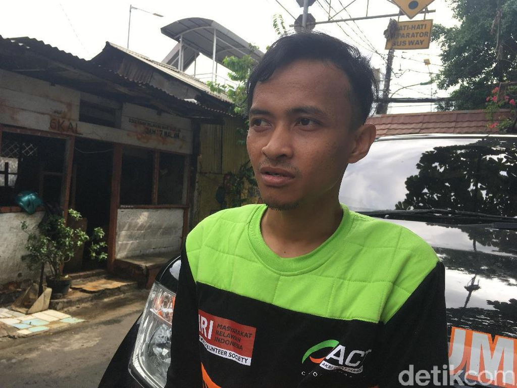 Berjibaku Evakuasi Korban Banjir, Relawan Ini Sampai Telan Minyak