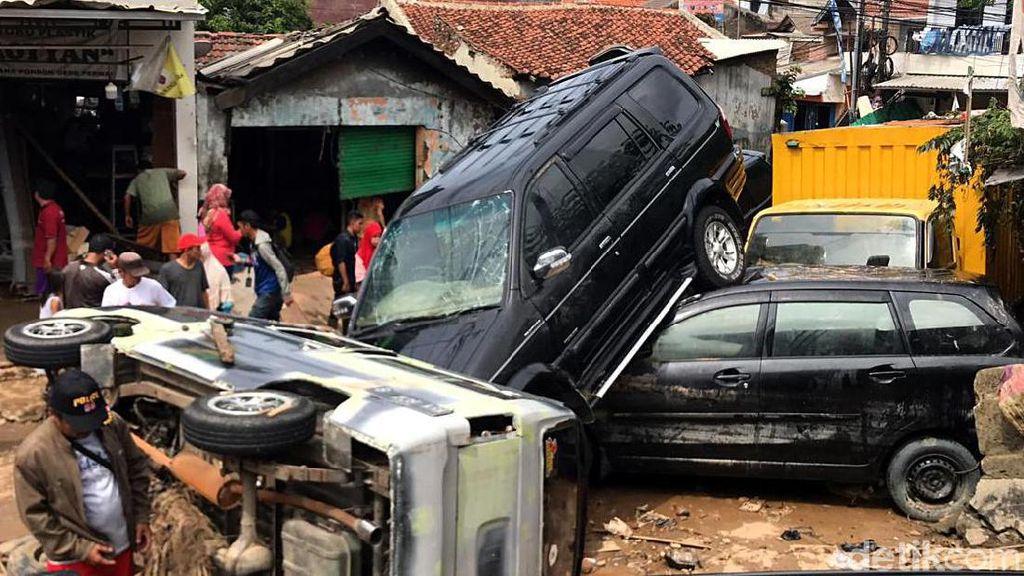 Atap Ketemu Atap, Begini Porak Poranda Mobil Terkena Banjir Bekasi