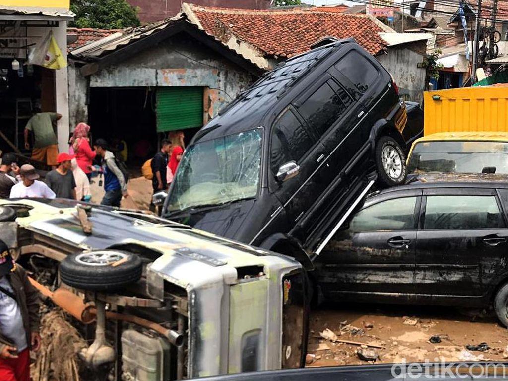 Video: Cerita Pemilik Mobil yang Ringsek Terseret Banjir di Bekasi