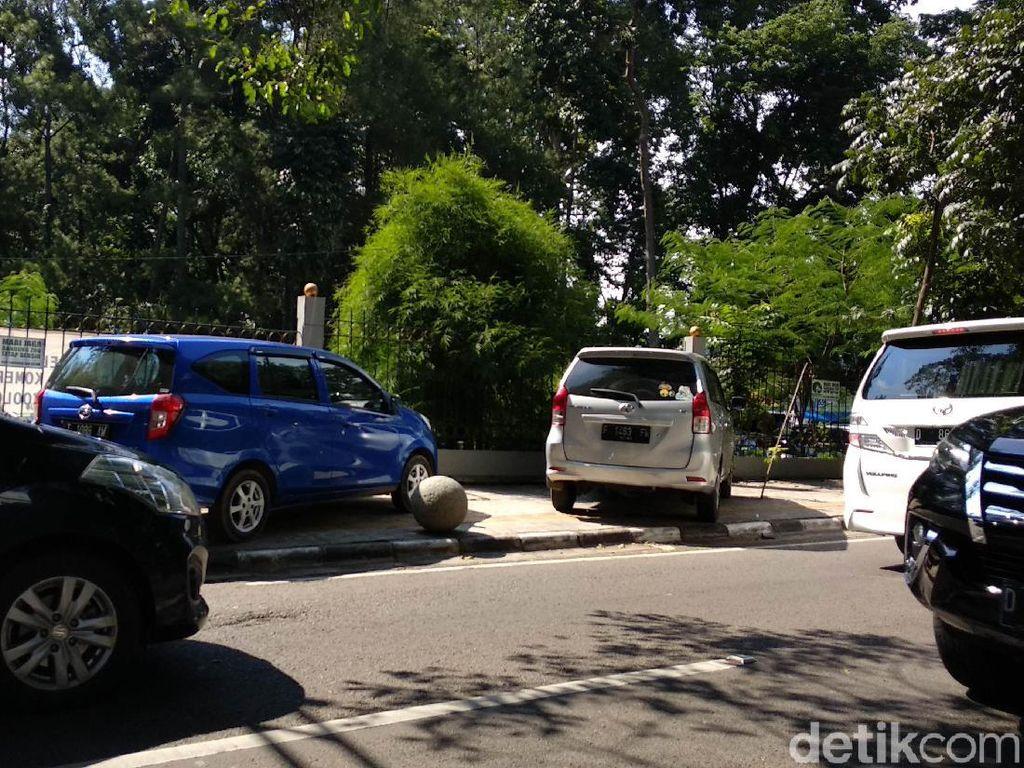 Mobil Kuasai Trotoar di Tamansari, Dishub Bandung: Cabut Pentilnya