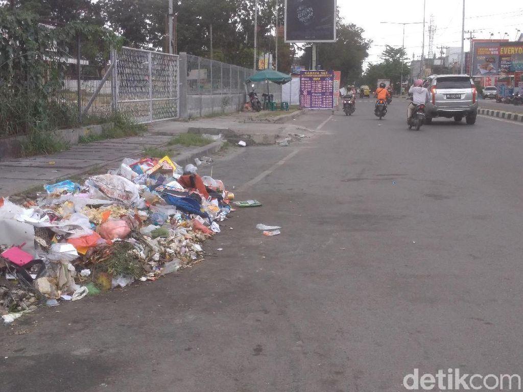 Tumpukan Sampah Juga Terlihat di Pinggir Jalan William Iskandar Medan