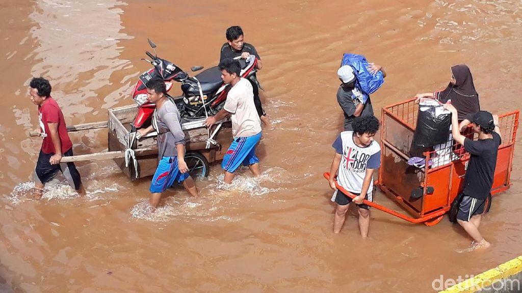 Cara Unik Terobos Banjir Lewat Gerobak Sampah Hingga Mobil Damkar