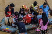 Proses evakuasi juga sempat mengalami kendala lantaran banyak desa di Lebak yang terisolasi pascabanjir