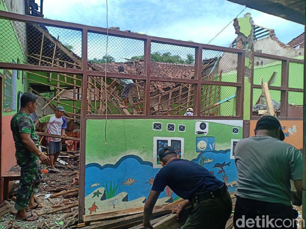 Atap Sekolah TK di Probolinggo Ambruk, Puluhan Siswa Belajar di Perpustakaan