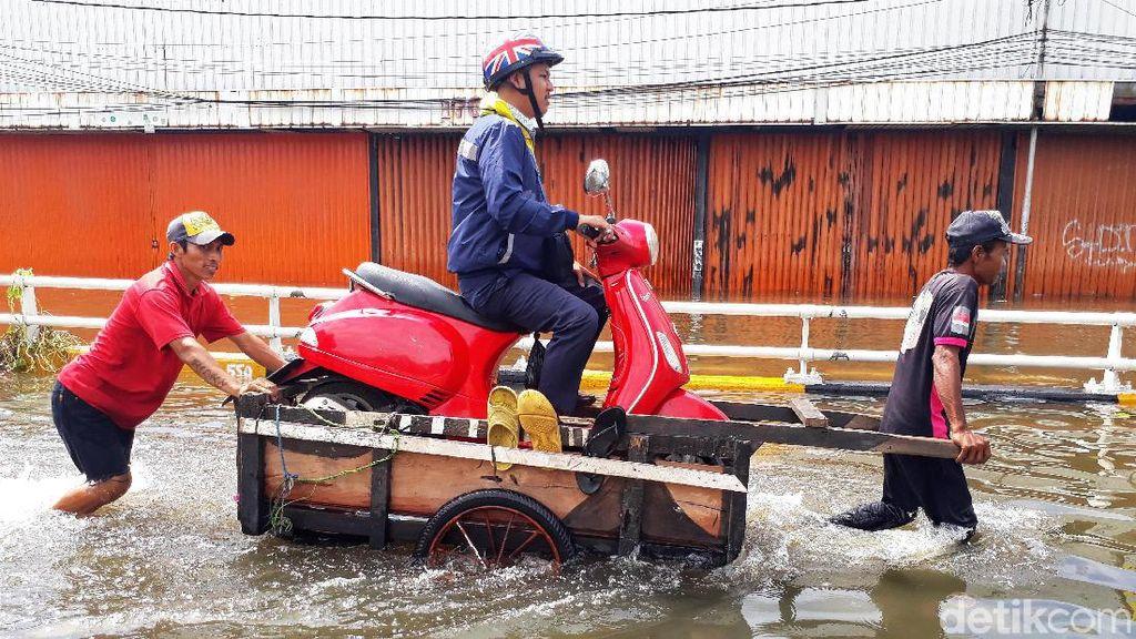 Ojek Gerobak Jadi Andalan Warga Terobos Banjir di Grogol