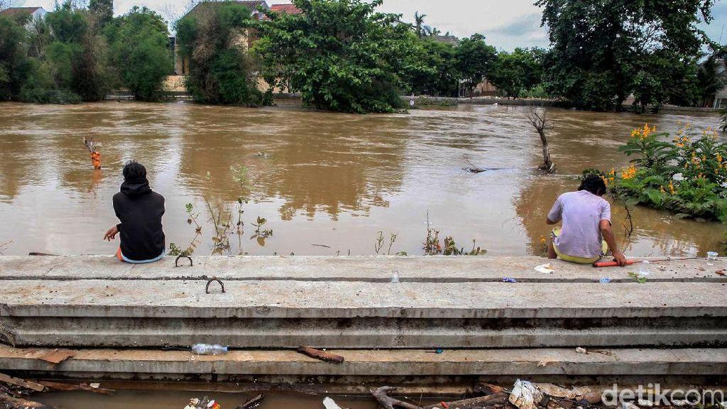 Luapan Kali Angke yang Meluber Hingga Banjiri Pemukiman Warga