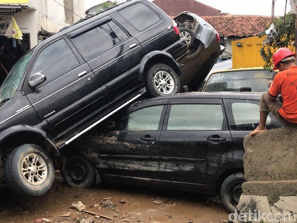 Video Saksi Banjir Bekasi: Mobil-mobil Beterbangan Terbawa Air