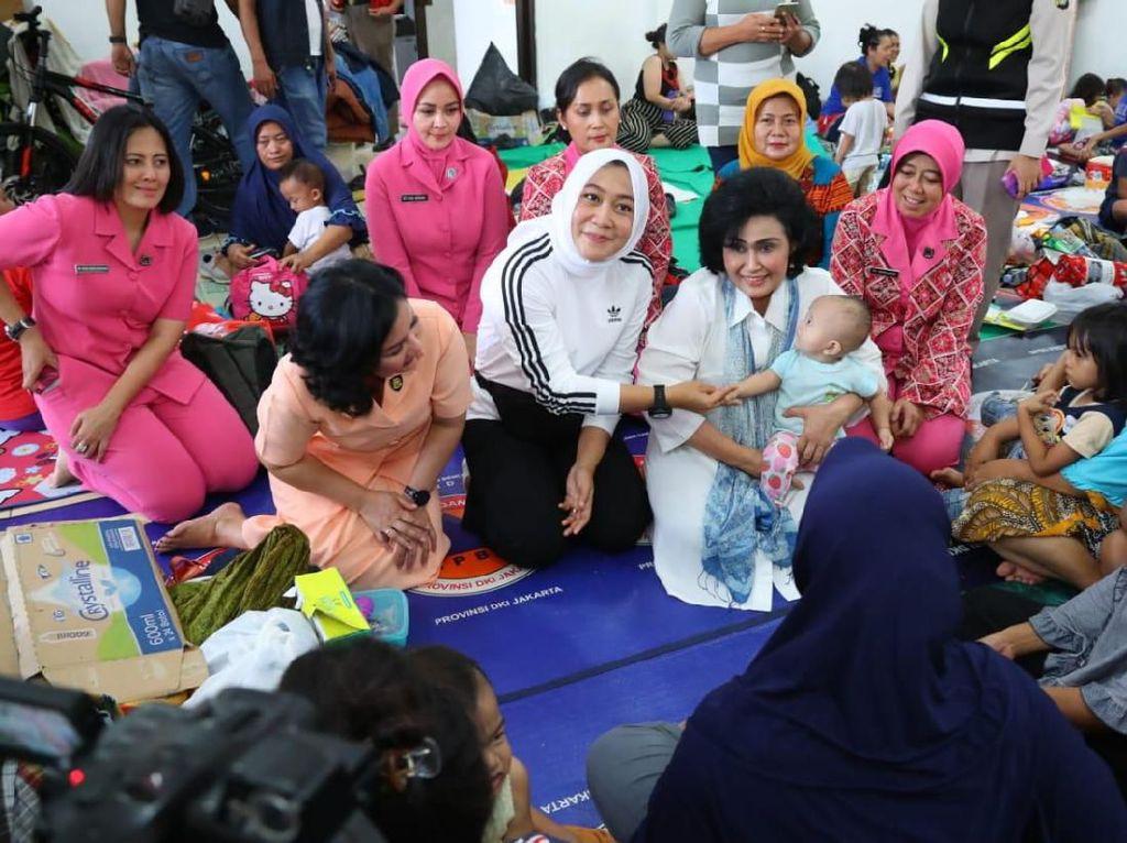 Datangi Pengungsi di Jaktim, Istri Kapolri-Panglima TNI Beri Bantuan