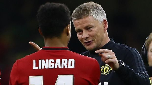 Manchester United's Norwegian manager Ole Gunnar Solskjaer (R) congratulates Manchester United's English midfielder Jesse Lingard  during the 2019 International Champions Cup football match between Manchester United and A C Milan at the Principality Stadium, Cardiff on August 3, 2019. - Manchester United beat A C Milan 5-4 on penalties, (Photo by GEOFF CADDICK / AFP)