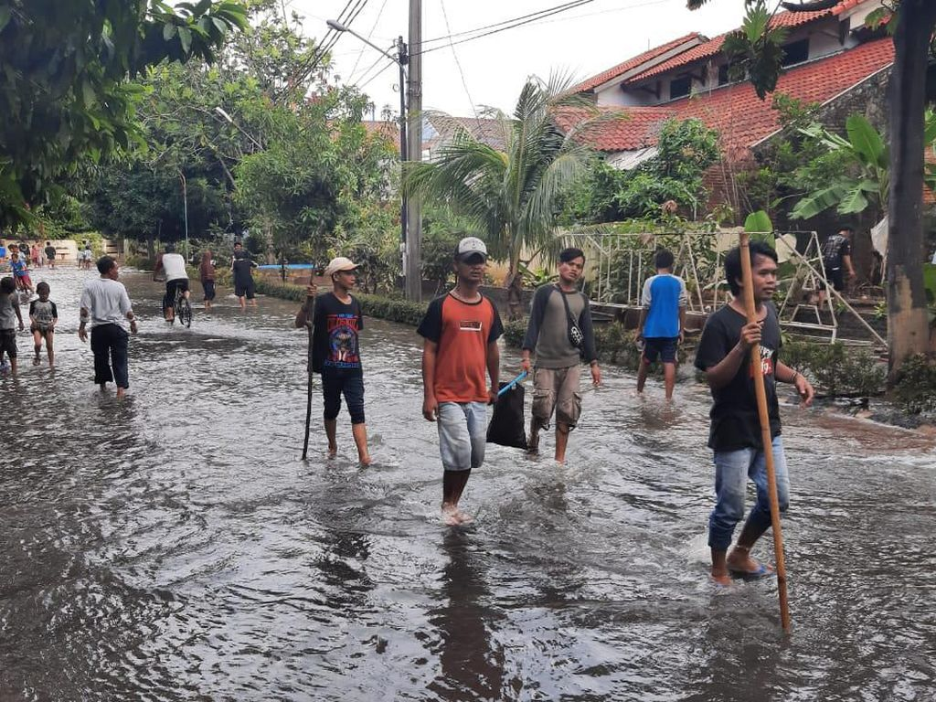 Banjir di Perumahan Bekasi Timur Mulai Surut, Warga Ramai-ramai Cari Ikan