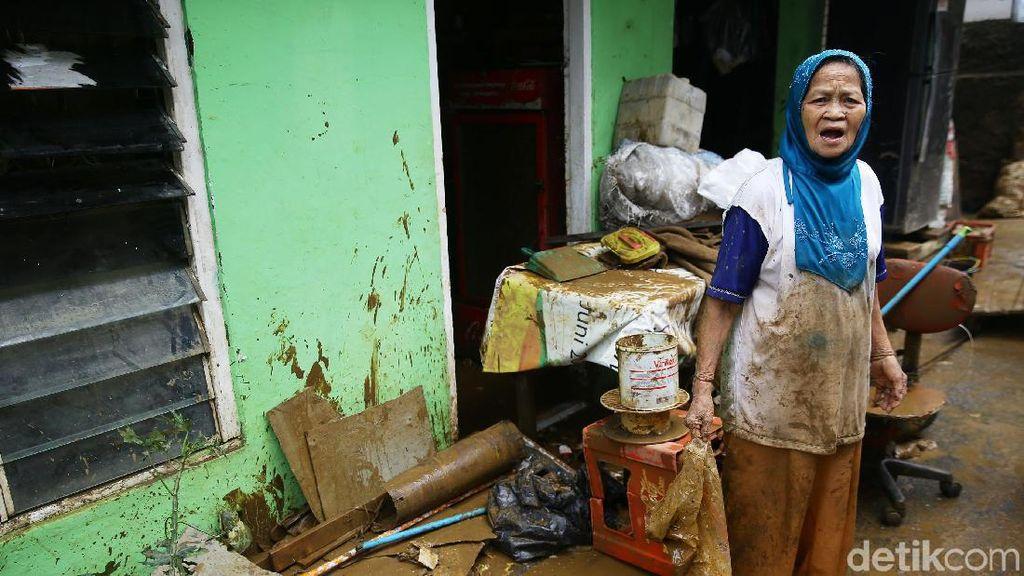 Warga Bidara Cina Jaktim Ramai-ramai Bersihkan Rumah