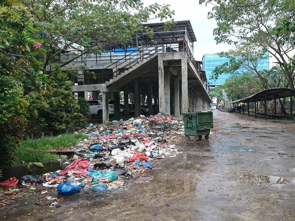 Tak Cuma di Jalanan, Sampah Juga Bertumpuk di Area Lapangan Merdeka Medan