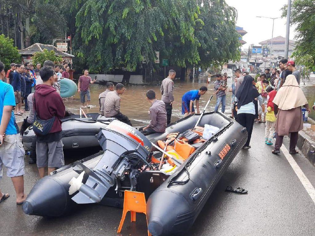 Bekasi Timur Banjir, Warga Mengungsi ke Tenda di Jalanan