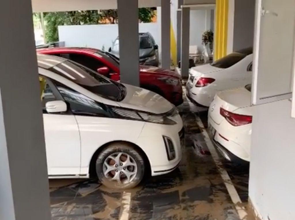 Banjir Surut, Seperti Ini Penampakan Deretan Mobil Parto Usai Terendam